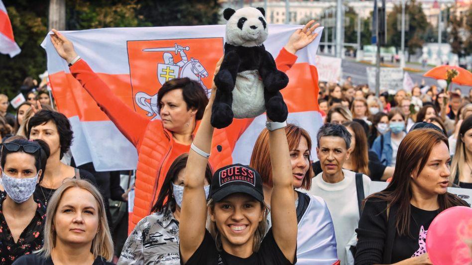 Sympathisantin der IT-Firma PandaDoc, Demonstrantinnen in Minsk