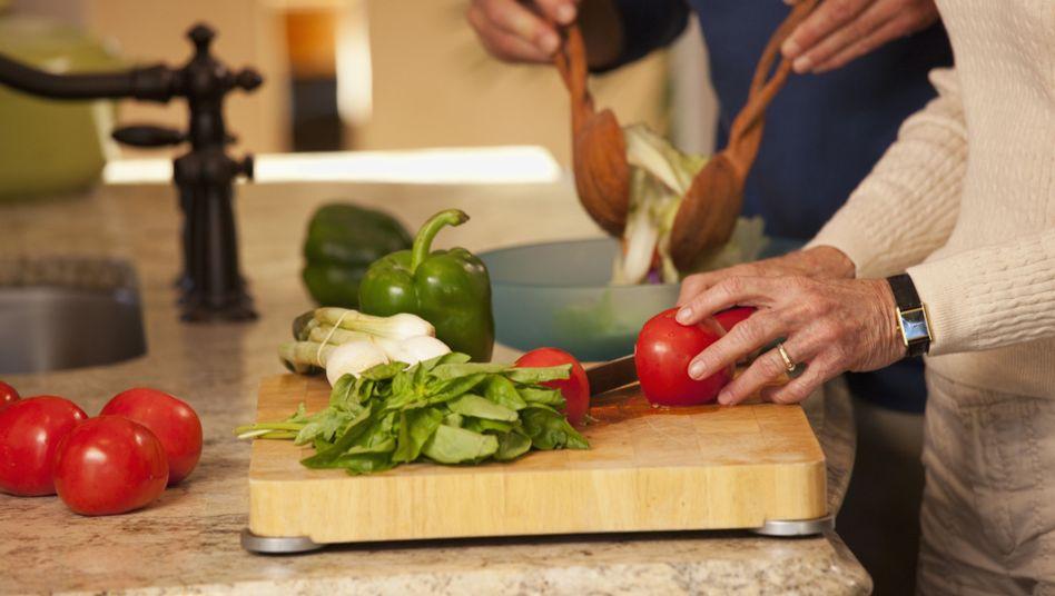 Zubereitung von Salat: Frische Lebensmittel selbst verarbeiten ist für viele Menschen nicht mehr selbstverständlich
