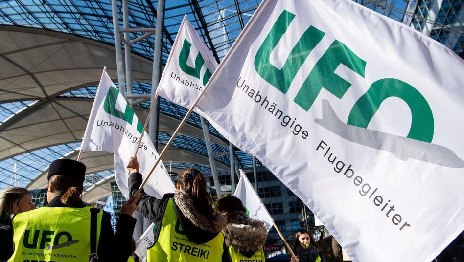 Lufthansa-Flugbegleiter bei Warnstreik in Frankfurt (am 7. November): Vertrauen muss wieder aufgebaut werden
