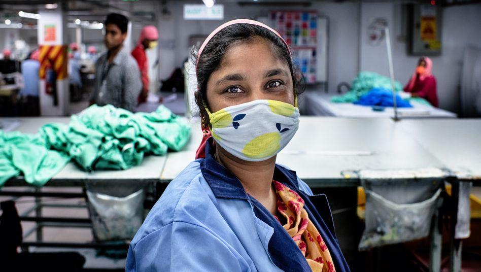 Näherin in Bangladesch, nach der Wiederöffnung der Fabriken nach dem Corona-Shutdown