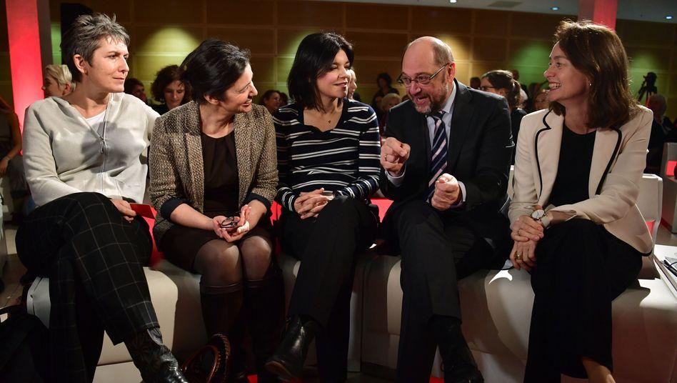 Martin Schulz inmitten von Frauen