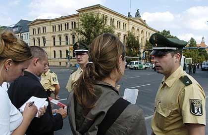 Polizisten, Journalisten: Das Gebäude wurde evakuiert und durchsucht