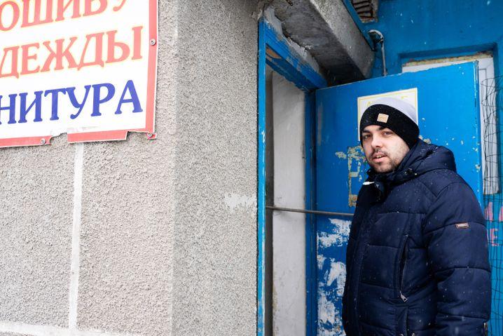 Ilja an einem Eingang seines Blocks