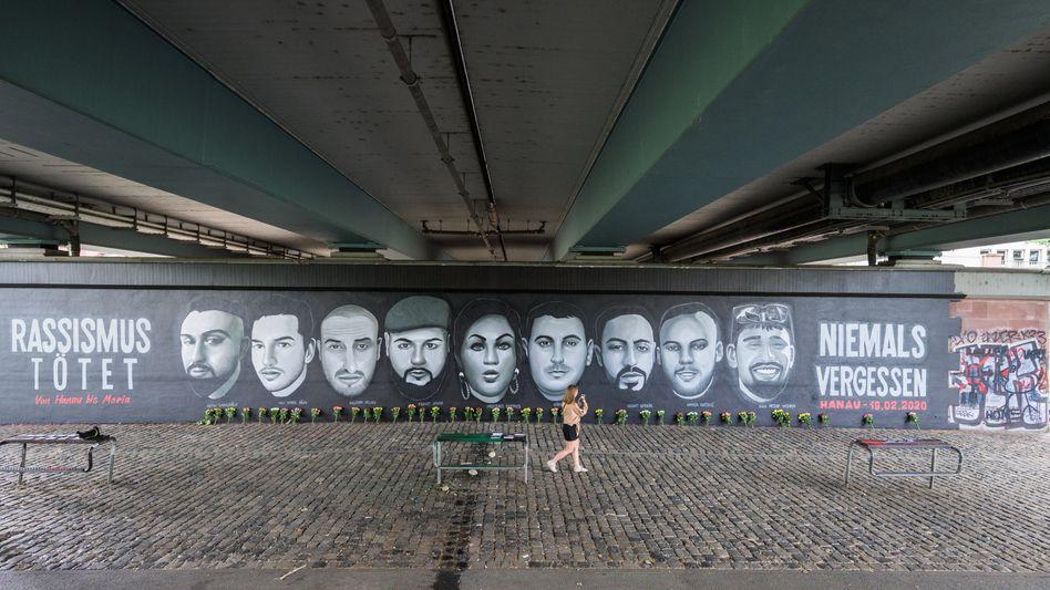 Ein Gemälde unter der Frankfurter Friedensbrücke zeigt die Porträts von neun Opfern der Anschläge in Hanau