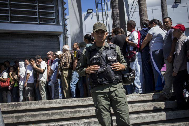 Schlangestehen vor einem Lebensmittelladen in der venezolanischen Stadt Caicara (06. Januar 2018)