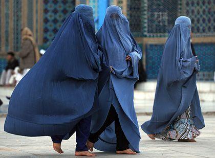 Verhüllte Frauen in Afghanistan: Vorerst keine gesetzliche Pflicht zum Sex in der Ehe