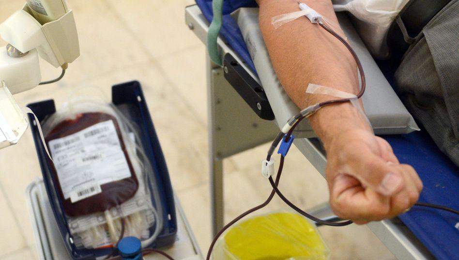 Ein Mann beim Blutspenden (Archivfoto)