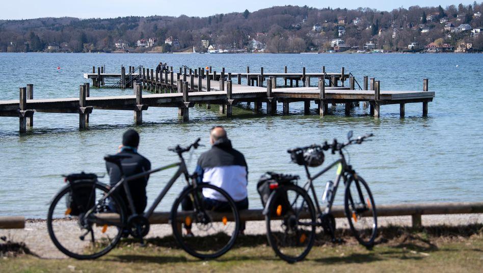 Starnberger See: Menschen genießen das sonnige Wetter