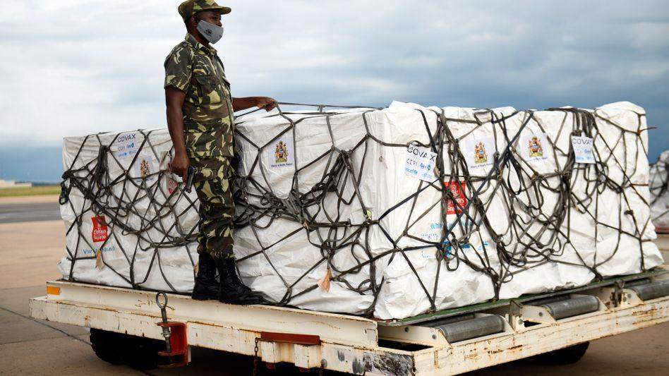 Unter strengen Sicherheitsvorkehrungen wurden die ersten Impfdosen in Malawi in Empfang genommen. Inzwischen müssen Tausende Dosen entsorgt werden.