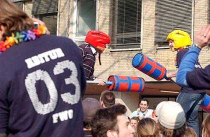 Gladiatoren in Köln: Den Gegner mit Schaumstoffknüppel vom Sockel holen