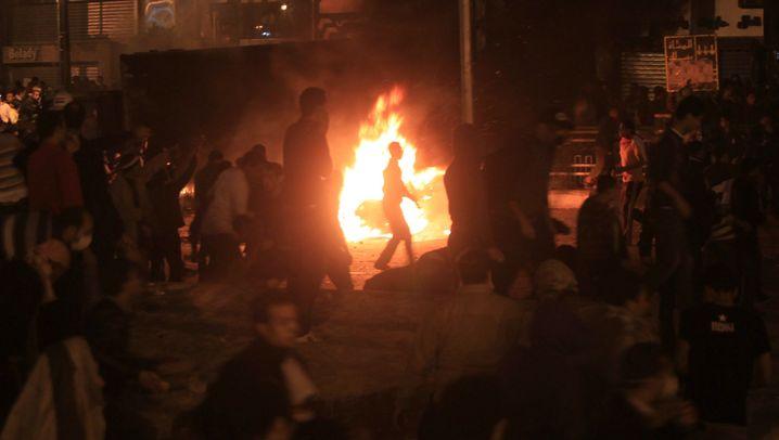 Proteste in Kairo: Schlagstöcke, Tränengas, Feuer