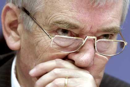 Von Neonazi genarrt: Bundesinnenminister Schily
