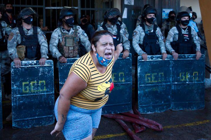 Empörte Angehörige vor dem Gefängnis Tacumbú