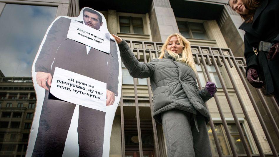Vor der Duma in Moskau protestiert die russische Aktivistin Aljona Popowa mit einer Pappfigur des Parlamentariers Leonid Sluzki