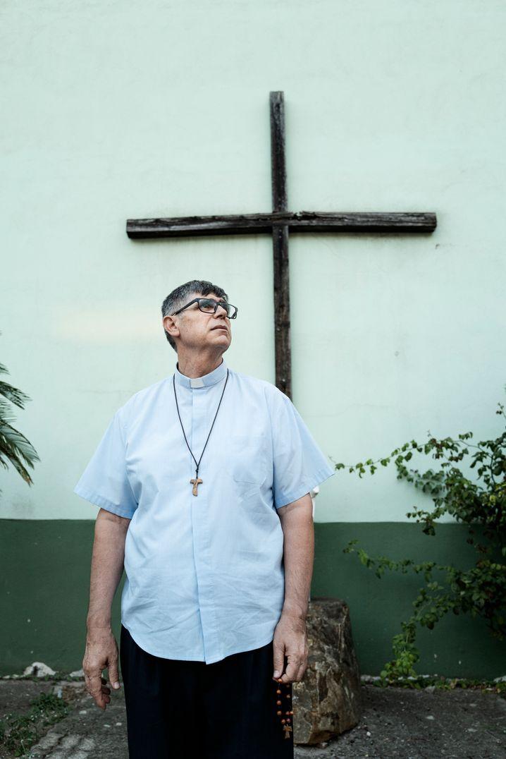 Don Maurizio, katholischer Priester aus Caivano, kämpft gegen die Öko-Mafia