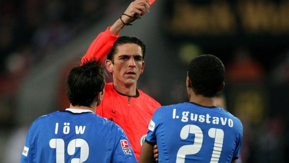 Schiedsrichter Aytekin (im November 2008): Rot für Hoffenheims Gustavo (r.)