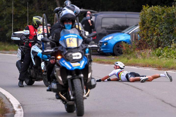 Julian Alaphilippe blickt schockiert auf das Begleitmotorrad, in das er gekracht war