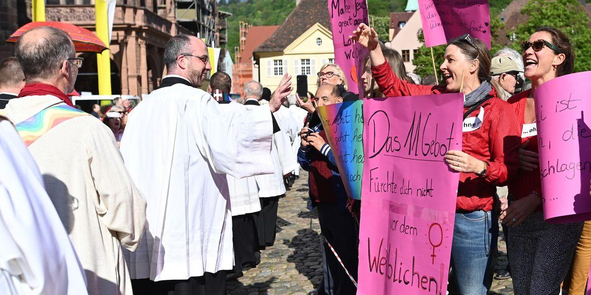 Frauen fordern Geschlechtergerechtigkeit in der Kirche