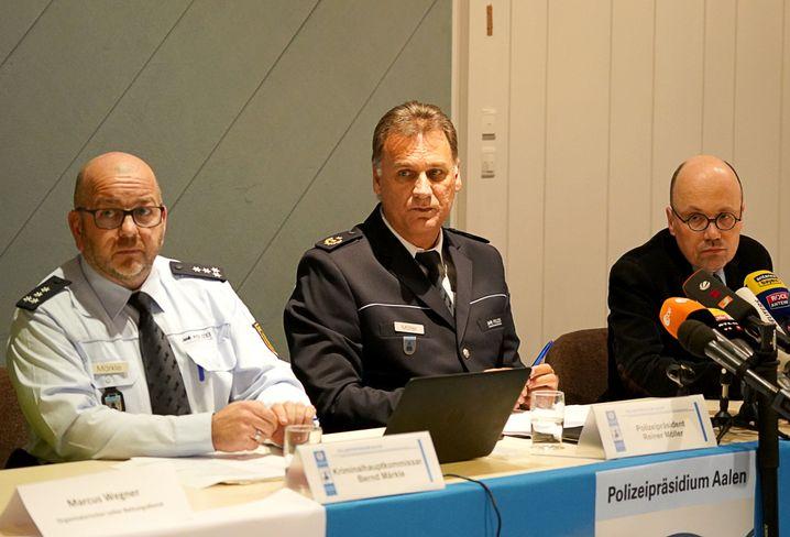 """Polizeipräsident Möller (Mitte) bei Pressekonferenz: """"Der Täter hatte einen Waffenschein"""""""