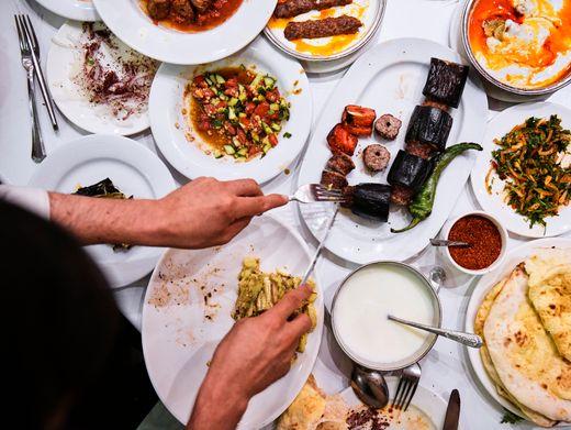 Türkei: Viel Gemüse, Gurken-Tomaten-Salate, Lammfleisch, dazu Joghurt und Fladen. Und scharfes Paprikamark