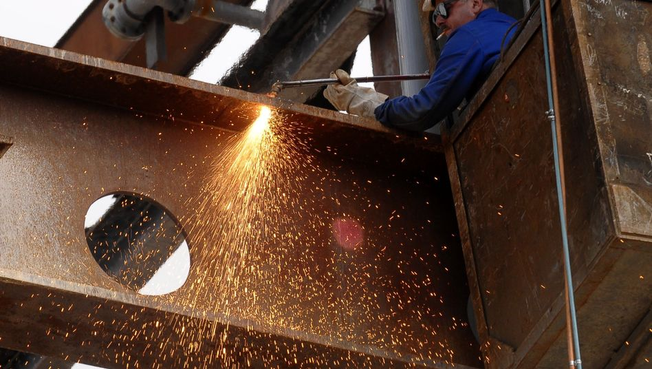 Stahlarbeiter: Forscher fordern stärkere Erwerbstätigkeit von Frauen