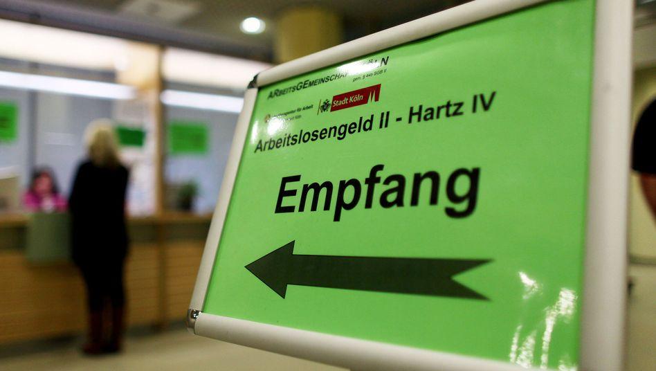 An einem Empfangsschalter der Arbeitsagentur in Köln wird über Hartz IV informiert (Archivbild)