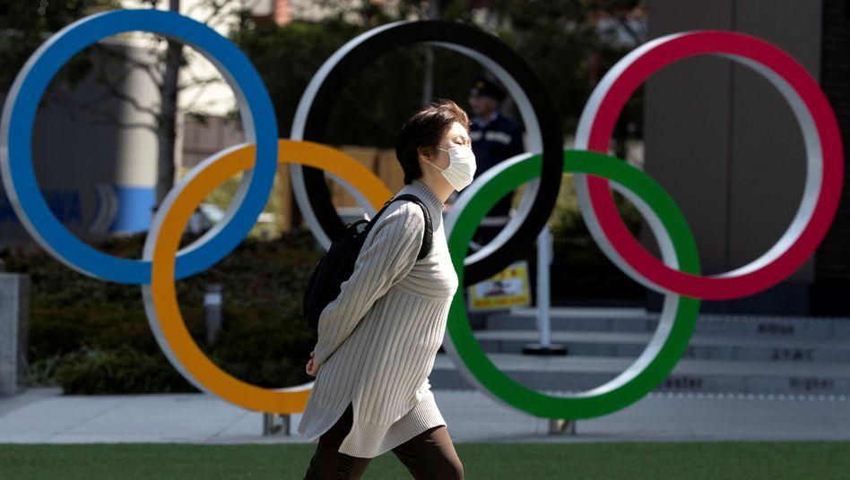 In Tokio gehen viele Menschen nur mit Schutzmasken vor die Tür, Ende Juli sollen hier dennoch die Olympischen Spiele beginnen