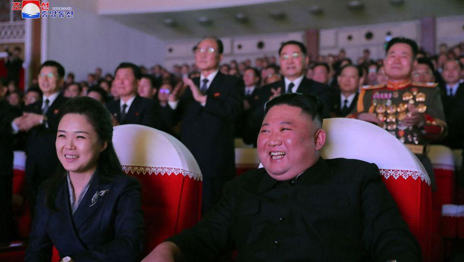 Kim Jong Un mit seiner Frau Ri Sol Ju auf einem Foto der staatlichen Nachrichtenagentur KCNA