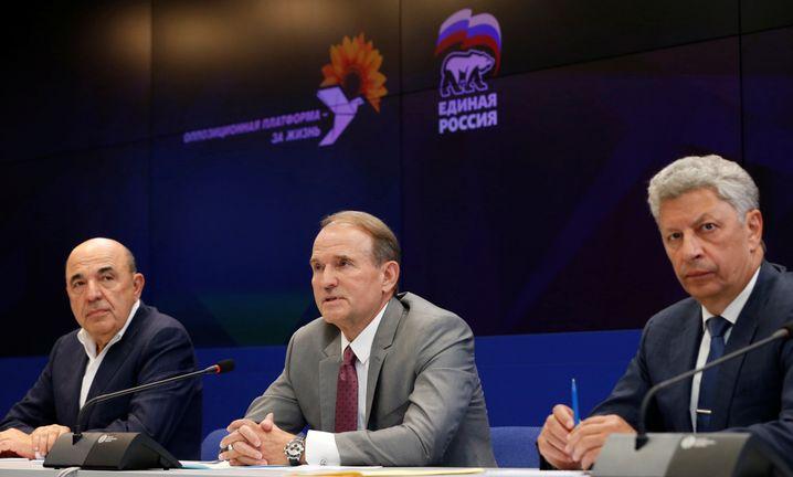 """Zu Besuch bei der russischen Regierungspartei """"Einiges Russland"""" in Moskau: Wiktor Medwedtschuk (m.) und Spitzenkandidat Jurij Bojko (r.) - sie versprechen günstigeres Gas aus Russland für die Ukrainer"""