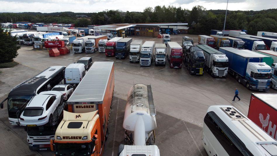 Lastwagen auf einem Parkplatz im britischen Lymm. Weil Fahrer fehlen, stehen derzeit zahlreiche Lkw still.