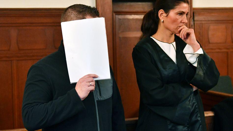 Angeklagter André S. mit Anwältin