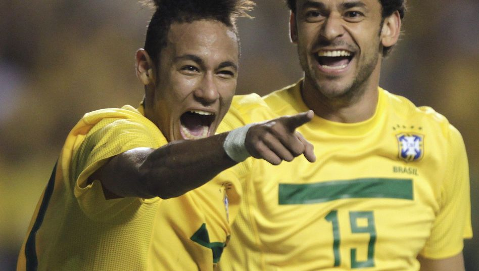 Brasilianer Neymar (l.) und Fred: Siegreich gegen Argentinien