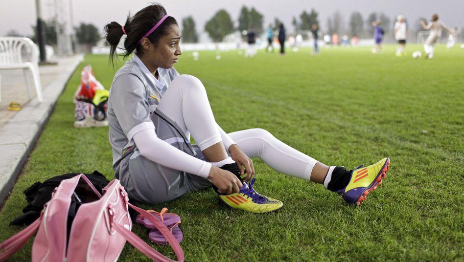 Eine junge Katarerin bei einem Fußballtraining in Doha 2014