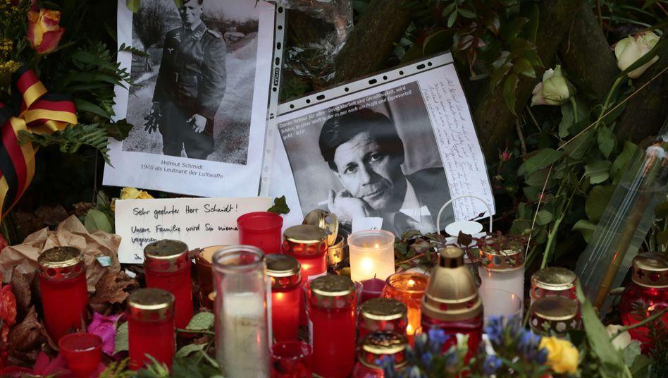 Gedenken an Schmidt: Kerzen, Blumen, Grüße vor dem Hamburger Wohnhaus