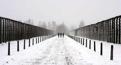Einen Tag vor den Gedenkfeiern gehen Besucher über das Gelände des Vernichtungslagers Auschwitz-Birkenau
