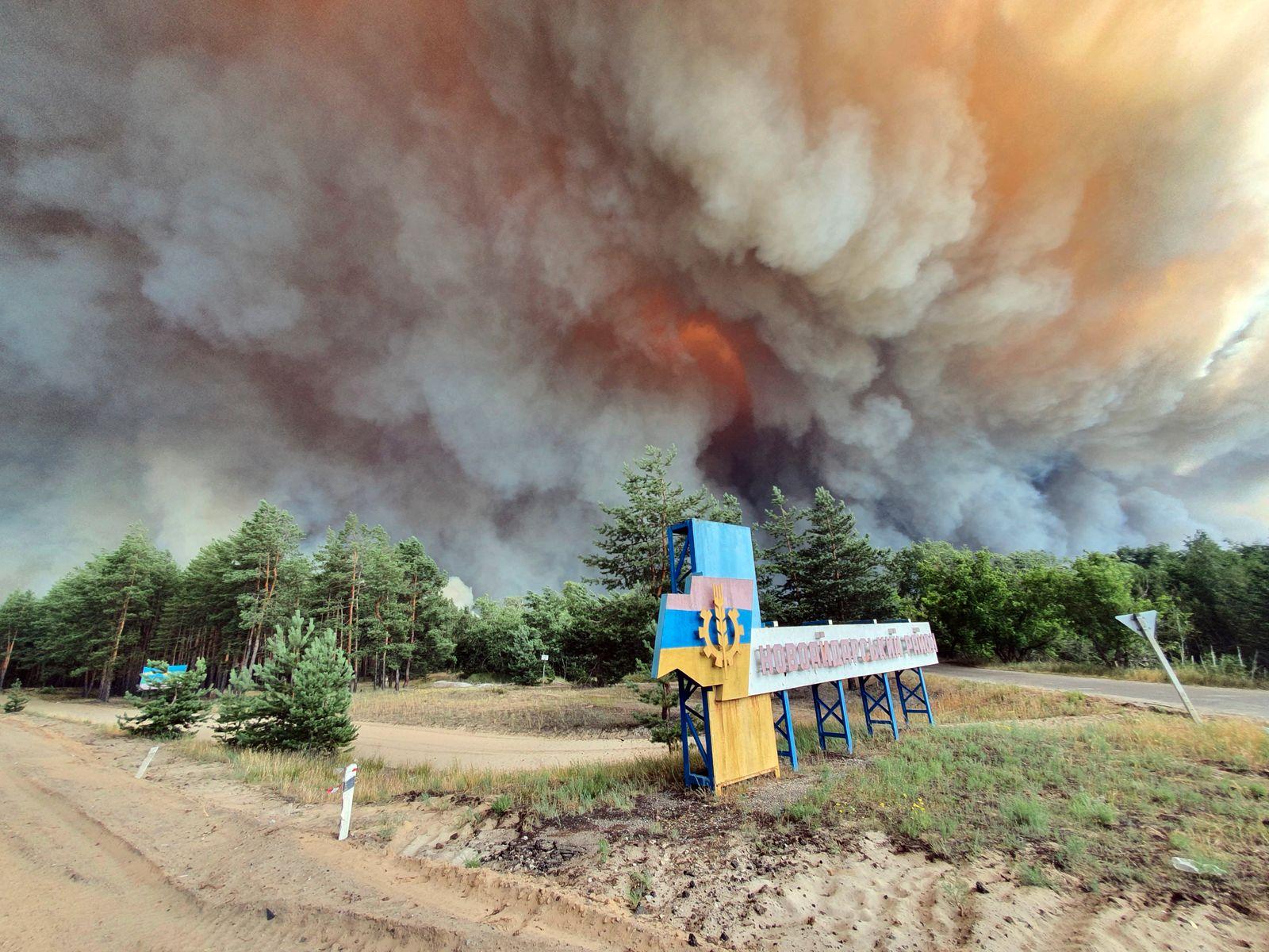Massive forest fire breaks out in Luhansk Region