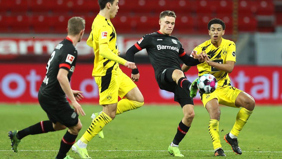 Florian Wirtz im Duell mit den Dortmundern Giovanni Reyna (l.) und Jude Bellingham