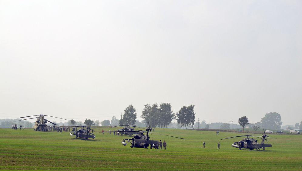 Notgelandete US-Hubschrauber: Gruppenfotos und Geschenke
