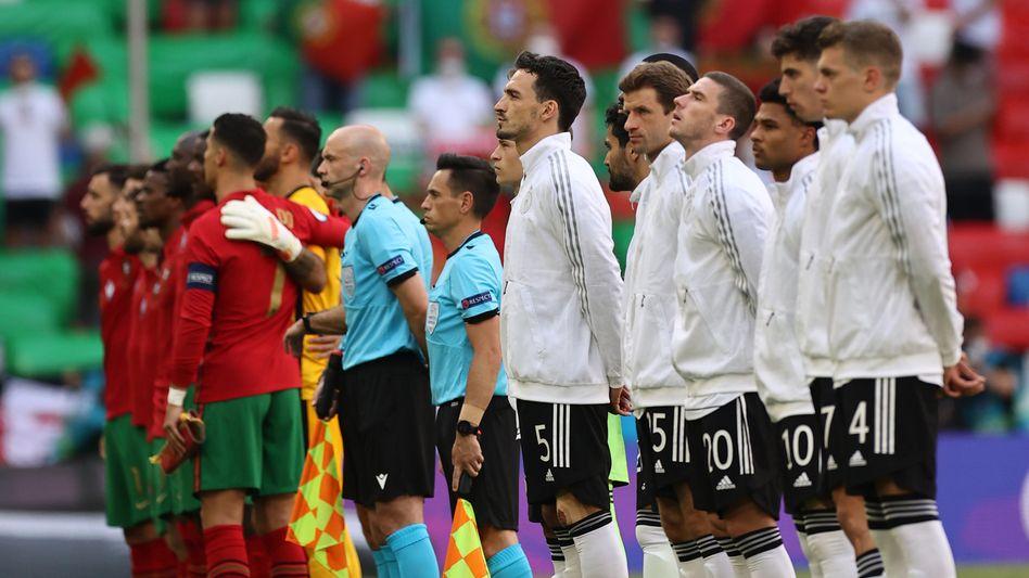 Einstimmig: Die deutsche Nationalelf beim Singen der Nationalhymne vor dem Spiel gegen Portugal