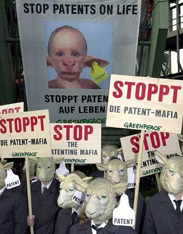 Demo vor Europäischem Patentamt (November 2000): Auch Patente auf Leben in der Kritik