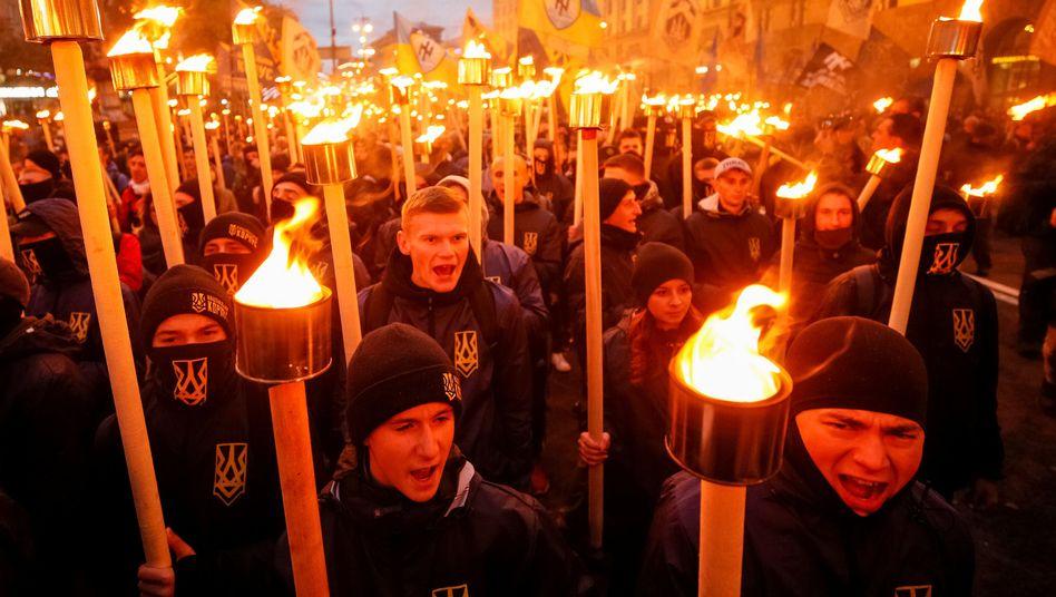 Anhänger rechtsextremer Gruppen beim Marsch durch Kiew