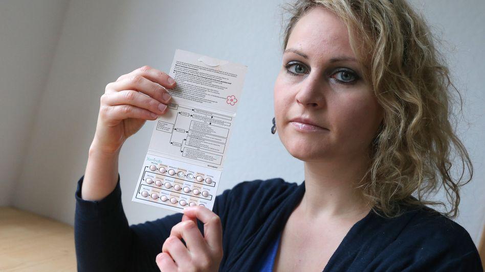 """Felicitas Rohrer mit einer Packung """"Yasminelle"""": Heute weist Bayer stärker auf das Risiko einer Embolie hin"""