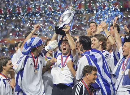 """Jubelnde Griechen mit dem EM-Pokal: """"Heute müssen alle Griechen feiern"""""""
