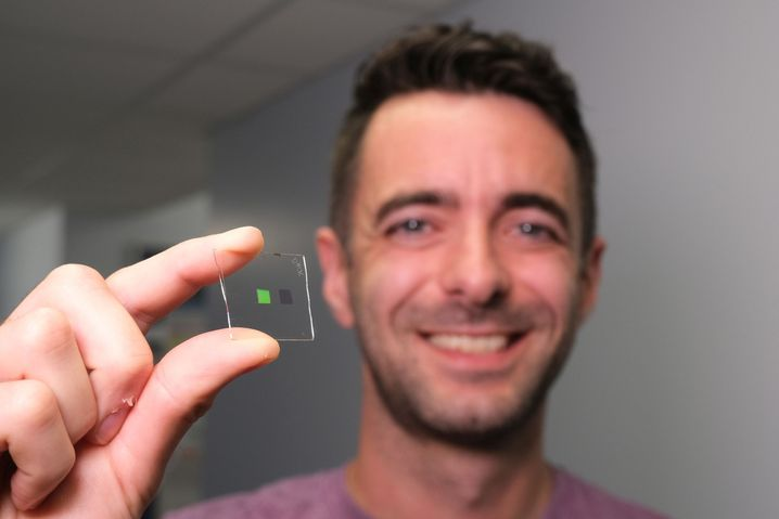 Forscher Clark mit Sensor