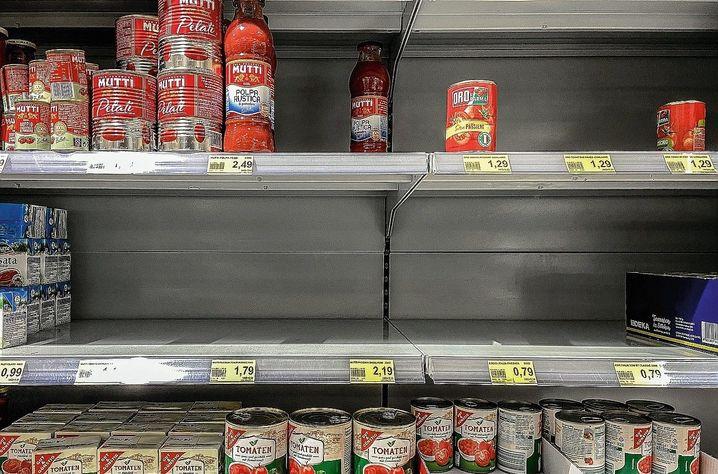 """Supermarket shelves in Heinsberg: """"I won't take the risk of endangering my children."""""""