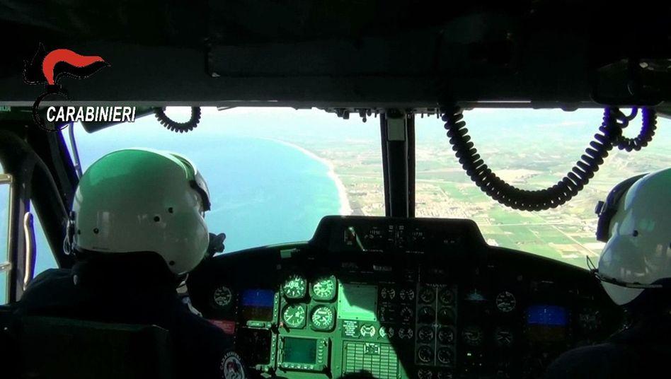 Screenshot der italienischen Carabinieri: Hubschrauber-Piloten bei einer Razzia gegen die Ndrangheta