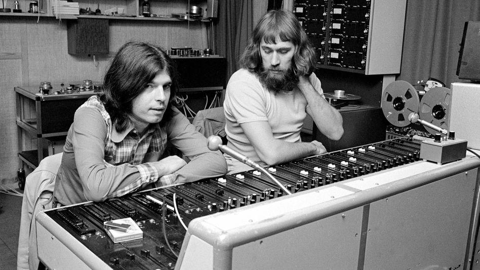 Produzent Visconti, l., im Studio (mit Sound-Engineer Freddy Hansson, 1972): Arbeiten für T. Rex und David Bowie