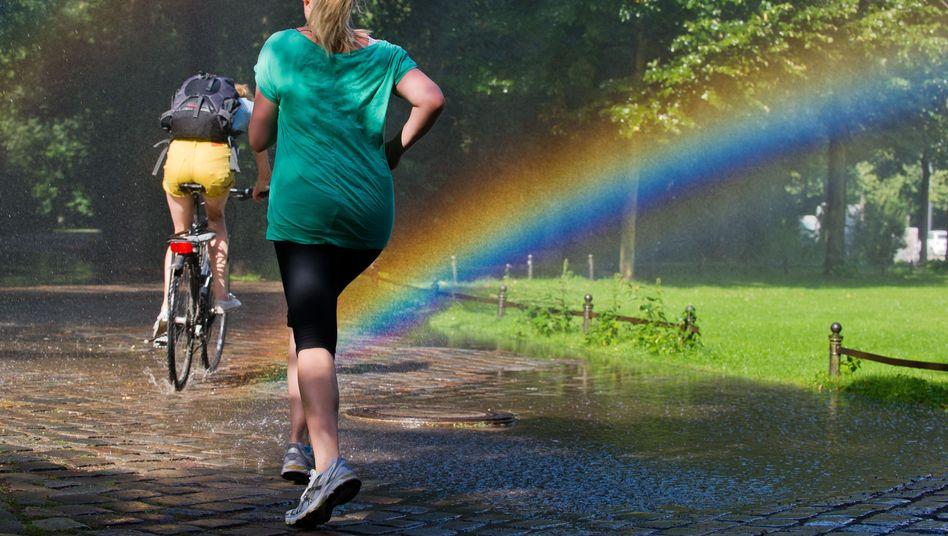 Joggen trotz Nässe: Diese tapfere Läuferin wird mit einem Regenbogen belohnt