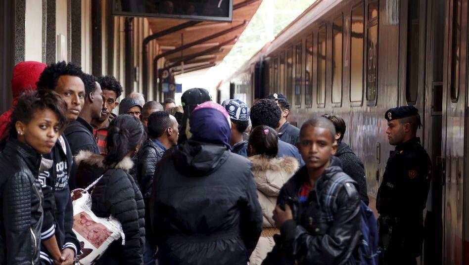 Flüchtlinge am Brenner-Bahnhof (Archiv): Warten auf den Zug nach München