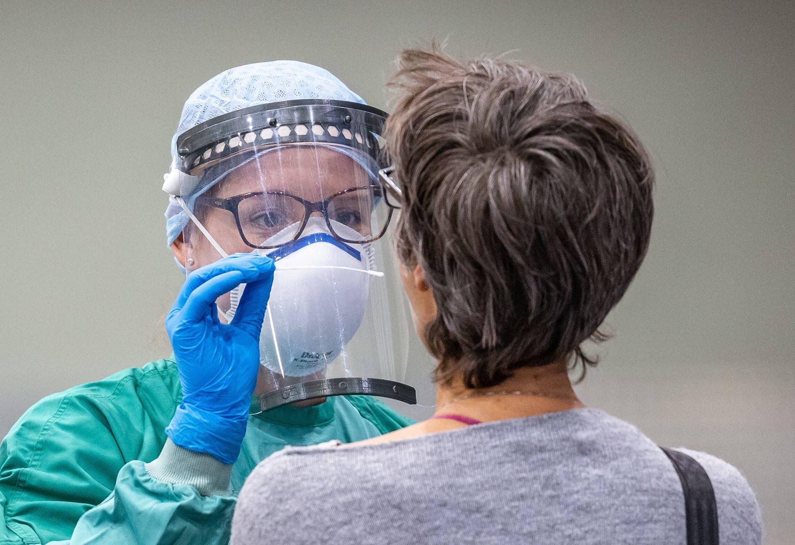 Innsbruck THEMENBILD - Mitarbeiter des Roten Kreuzes nimmt mit einem Staebchen einen Abstrich bei Personen mit Erkrankun